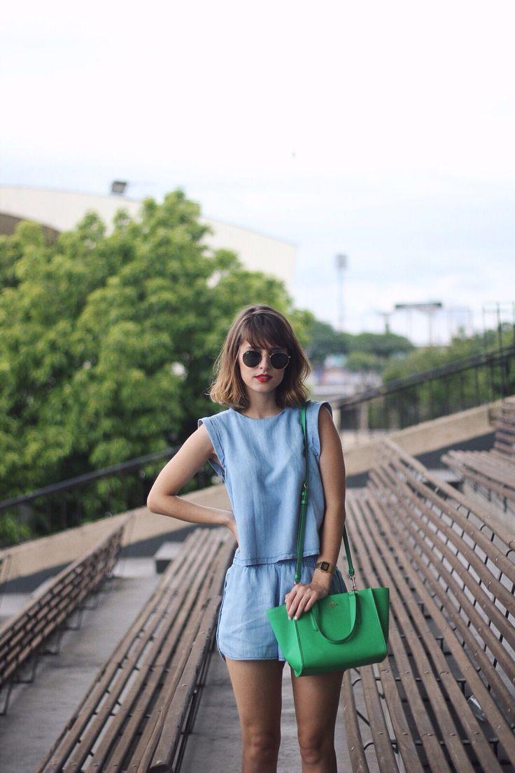 Look: macacão jeans, bolsa greenery
