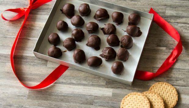 Φτιάξτε Εύκολα Σοκολατάκια Καραμέλας Μπισκότου για να Κερνάτε τους Καλεσμένους