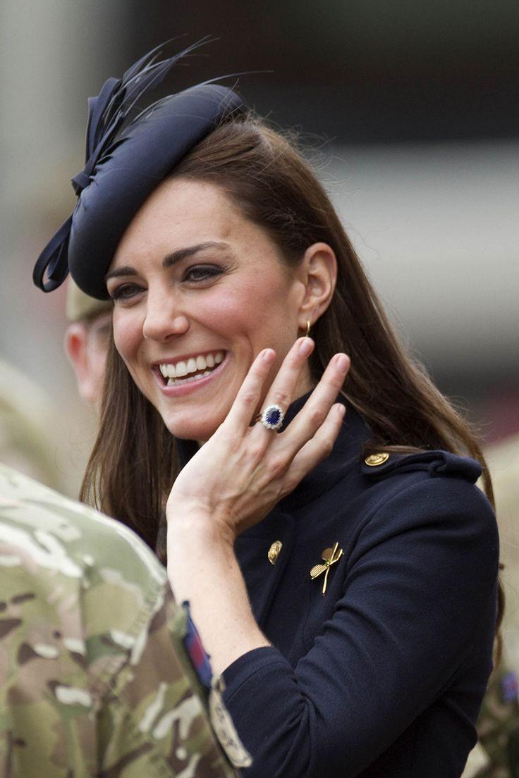 Anel de noivado da Kate Middleton em safira azul cercado por diamantes. Originalmente comprado em 1981 por 28 mil libras, hoje está avaliado em 300 mil libras (Créditos: Divulgação)