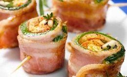 Gli involtini di zucchine al bacon, aromatizzati con rosmarino, sono un ottimo antipasto estivo.
