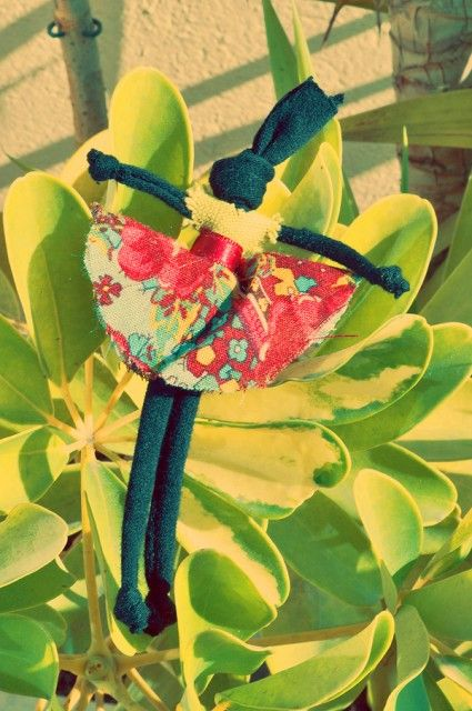 Qui dit vendredi dit tuto sur Parlons création ! Cette semaine, c'est Elsa, auteure du blog The Bohemian Society Girl, véritable globe-trotter, mais aussi créatrice de superbes bijoux en tissus, qui vous propose de réaliser une poupée de tradition brésilienne... A vos ciseaux !