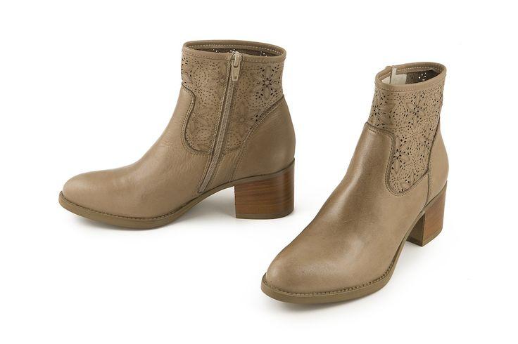 Stivale alla caviglia in pelle traforata tortora. Perforated leather ankle boot dove grey color.