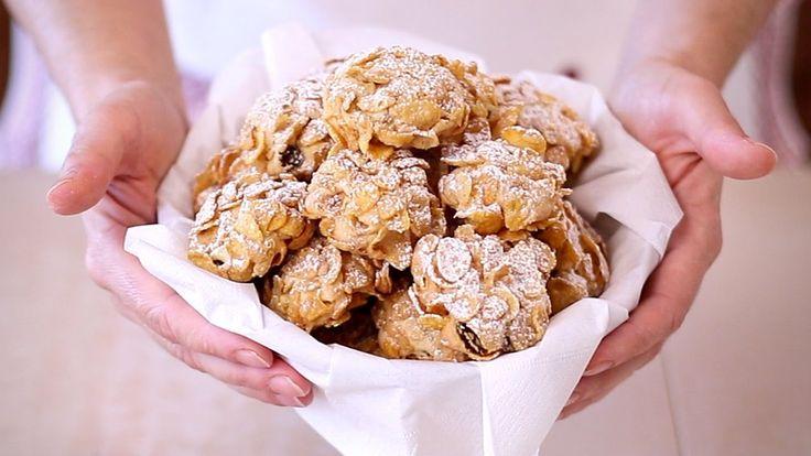 Biscotti Rose del Deserto ai Cereali Ricetta Facile - Corn Flake Cookies Easy Recipe  ● INGREDIENTI ● 2 uova 100g di uvetta 100g di zucchero 100g di burro ammorbidito 350g di farina 1 bustina di lievito per dolci corn flakes zucchero a velo