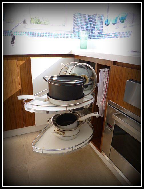 Accesorio dentro de mueble que permite la extracción de ollas sin problemas.