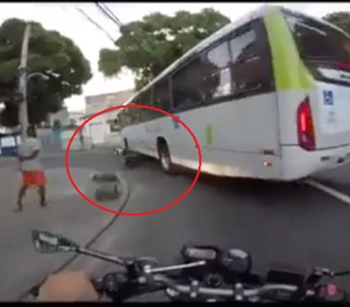 InfoNavWeb                       Informação, Notícias,Videos, Diversão, Games e Tecnologia.  : Vídeo flagra ônibus passando por cima de motoqueir...