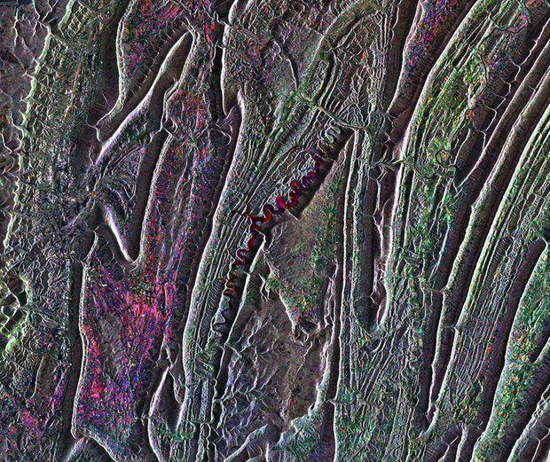 """Was sich wie ein Fluss durch die Mitte des Bildes schlängelt, ist in Wirklichkeit der Raystown Lake im US-Bundesstaat Pennsylvania. Viele Geschichten ranken sich um den künstlich angelegten See in den Appalachen. So lebt dort angeblich eine Kreatur, die dem Ungeheuer von Loch Ness ähnelt - """"Raystown Ray"""". © Esa"""