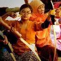 Perempuan Yogyakarta dalam Jemparingan atau panahan tradisional gaya Mataraman, bentuk kegiatan olahraga yang unik dengan busur tradisional dan dilakukan dengan duduk bersila membidik sasaran bernama bandul.
