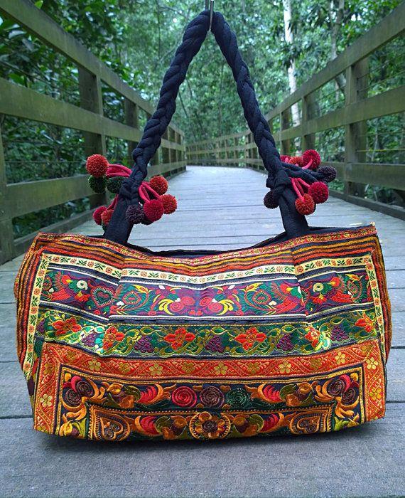 Un estilo Boho étnico bolso hecho a mano con tela tradicional de Hmong. Esta bolsa exhibe colores brillantes con audaces patrones bordados de flores exóticas, vides y aves.  CARACTERÍSTICAS:  Vibrante bordado de textiles ciclos Comodidad y peso ligero Un compartimento con cremallera alineado completamente y un bolsillo con cremallera interior Diseño de moda durable con una impresión duradera   MEDIDAS:  Longitud (cm) - 50 Altura (cm) - 30 Correa (cm) - 28   PESO: 500 gramos  ENVÍO…