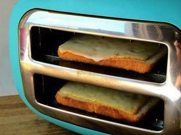 """No tienes idea de lo fácil que es preparar un delicioso queso a la parrilla sin ensuciar parrillas o sarténes ! Sólo tienes que utilizar la tostadora, volcada de un lado, como te muestra la imagen. Introduce las rebanadas de pan en la tostadora volcada con el queso en la parte superior: pronto tendrás una merienda sabrosa y """"derretida""""! La cosa es que este truco no vale solo con el queso, si no con todo tipo de salsas, huevos (para hacer el pan a la francesa) y lo que más quieras"""