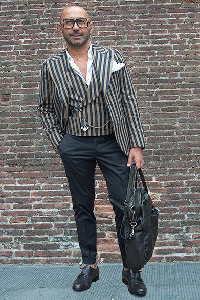 """2015S/S ピッティ・ウォモ スナップ(1) ピノ・レラリオ 「タリアトーレ」オーナー """"ザ・イタリア""""を体現する着こなし   日本でも大人気のブランド「タリアトーレ」のオーナーが、こちらのピノ・レラリオ氏。当然のことながら、コーディネートはすべて自社ブランドによるもの。強印象な幅広ストライプの2ピースに、シックなブラックのパンツを合わせ、イタリア的モードな着こなしに。白シャツのボタンを外したアピールの強さは、イタリア男だからこそ成せるテクニックといえよう。"""