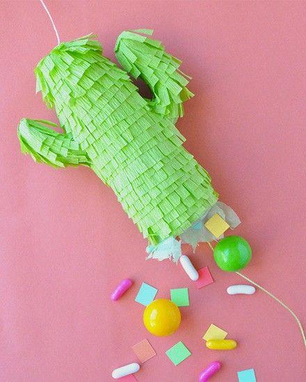 Shake My Blog   ★ Epinglé par le site de fournitures de loisirs créatifs Do It Yourself https://la-petite-epicerie.fr/fr/126-mercerie-prix-bas-boutons-tissu-laine-couture-acheter-materiel-creatif ★Une pinata cactus DIY
