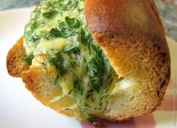 Французский завтрак. — 200г сливочного масла — 250г твердого сыра — пучок зеленого лука — пучок петрушки и укропа — 3 зубчика чеснока и сам батон-багет, разумеется.