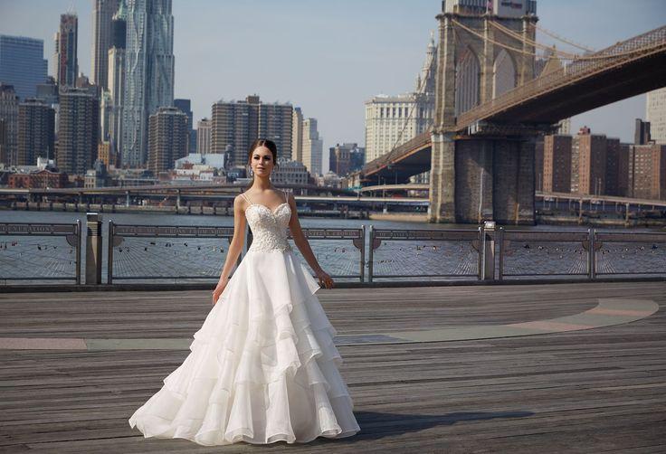 FINA Wysadzany cyrkoniami gorset, na ramiączka suknia ślubnej Madeline Gardner Elegancka spódnica z organzy, cięte, asymetryczne falbany. Subtelne ramiączka dodają …