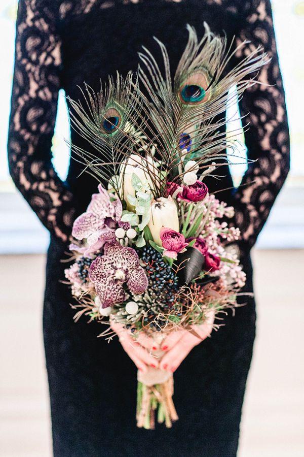 Eine grandiose Inspiration für eine Hochzeit im 20er Jahre Look | Friedatheres.com    Pfauenpfedern # Ranunkeln  #  Levkojen # Kapgrün # Waxflower # Vanda-Orchideen 20er # Spitze # Vintage  Foto: www.anjaschneemann.com  Blumen: www.milles-fleurs.de  H & M: www.rebekka-masterstylistin.de  Anzug: www.rebmann-fashion.de Location: Rittergut Voldagsen