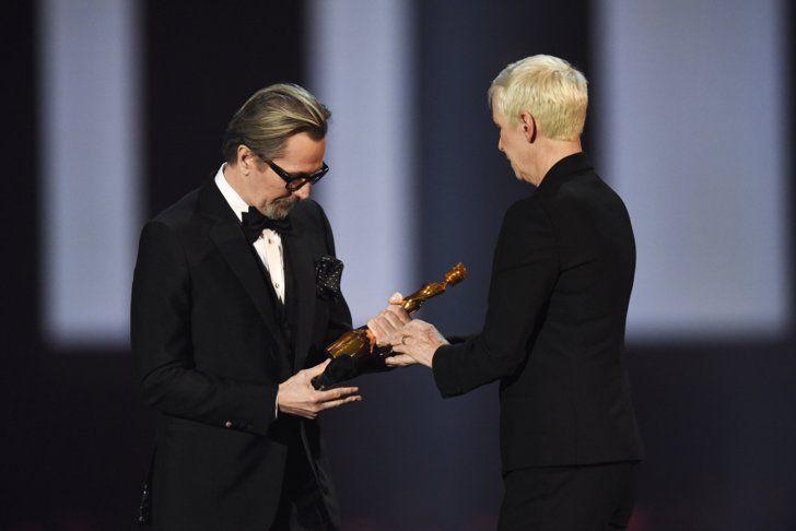 Pin for Later: Petit Récap de Tout Ce Qu'il S'est Passé aux Brit Awards 2016 Gary Oldman et Annie Lennox
