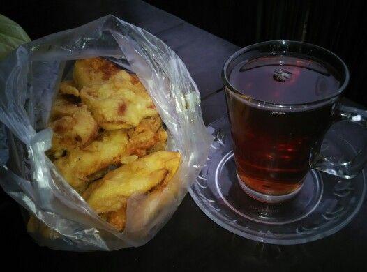 pisang goreng perum. semeru :) akhirnya kita bawa ke warung miring sambil minum teh ❤
