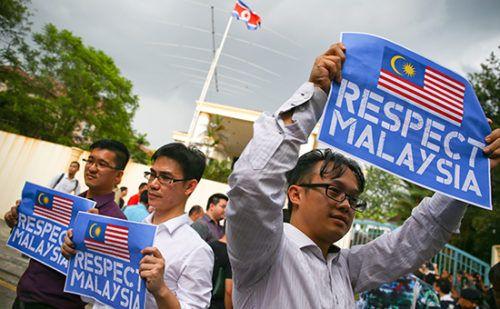 Северная Корея запретила гражданам Малайзии покидать страну http://mnogomerie.ru/2017/03/07/severnaia-koreia-zapretila-grajdanam-malaizii-pokidat-strany/  Власти КНДР запретили покидать страну гражданам Малайзии. В Куала-Лумпуре между тем заявили, что причастные к убийству брата Ким Чен Ына скрываются в посольстве Северной Кореи Как сообщает Reuters со ссылкой на официальное информационное агентство КНДР KCNA, власти Северной Кореи временно запретили гражданам Малайзии покидать страну…