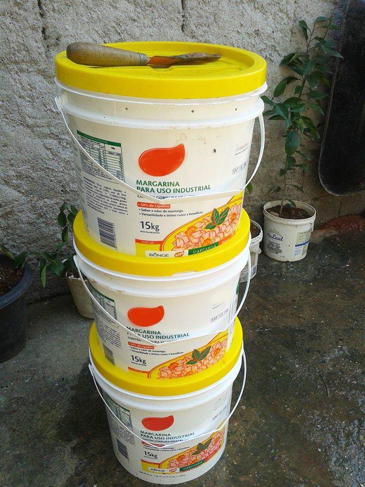 Aprenda a fazer uma composteira caseira reutilizando baldes de margarina
