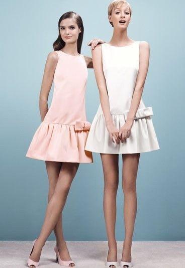 Moda anni 60, abiti con gonna a piegheAbiti corti con gonna a pieghe in bianco e rosa pastello per uno stile bon ton e anni 60