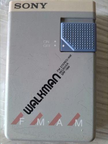 Radio son y walkman antiguo de los años 80 este radio trabajaba con audífonos no los tiene  falta tapa trasera de portapilas como se observa en la foto. se vende como pieza para colección