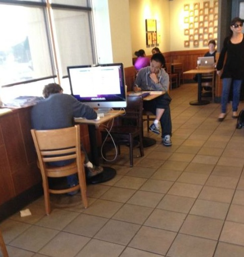 "Just casually taking your 27"" iMac into starbucks.. pic.twitter.com/RpZXJKce"