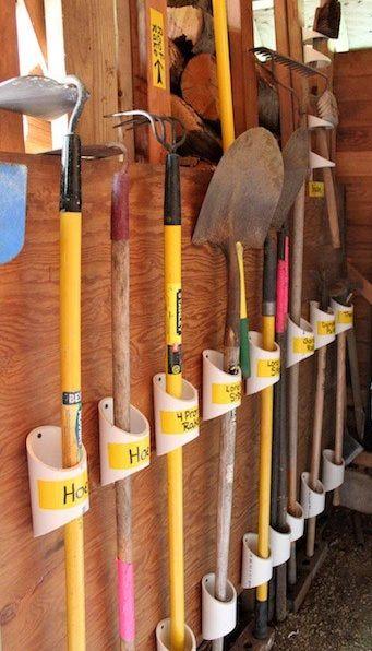 #astuce pour ranger les #outils dans le #garage. Simple et efficace. Des morceaux de tuyau en pvc
