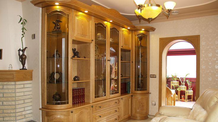 A Réka tömörfa szekrények különleges megjelenésükkel magas minőségükkel kitűnnek a tömegből. Megfelelnek a legmagasabb igényeknek. Tökéletesség-Elegancia természetes tömörfából.