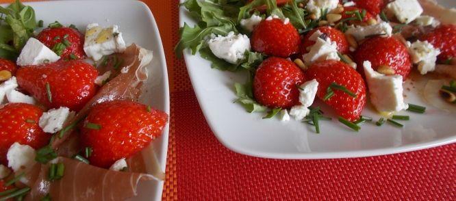 Aardbeien-rucolasalade Met Parmaham Feta En Geroosterde Pijnboompitten recept | Smulweb.nl