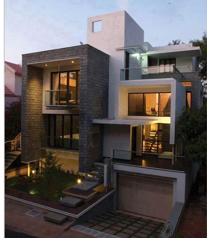 El casa es moderno. Es muy grande y es blanco y gris!