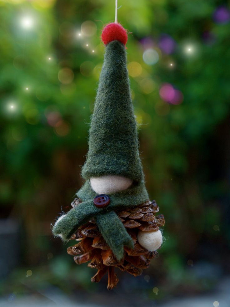 Christmas Ornament Kit, diy handmade Xmas Decoration, Waldorf and Felt Pine Cone Gnome - The Magic Onions Crafting. $30,00, via Etsy.
