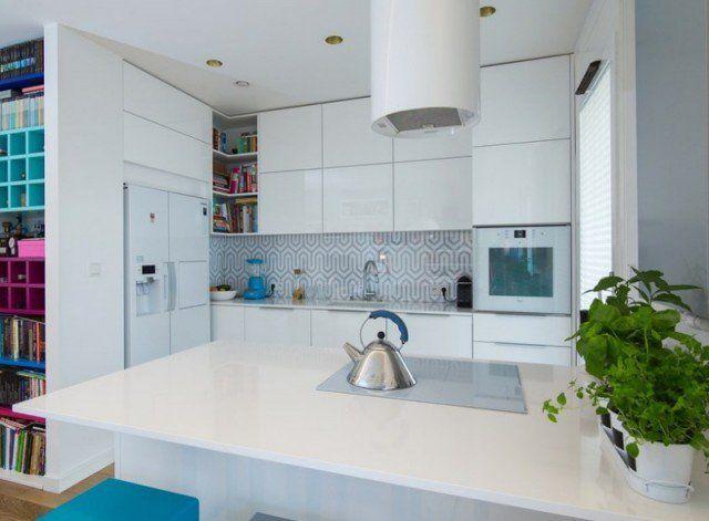 plan-travail-cuisine blanc armoires push-open assorties dosseret motifs