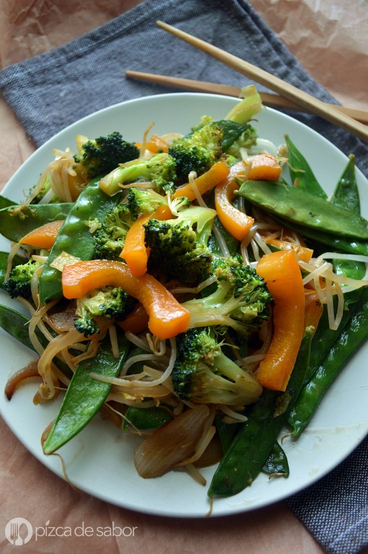Una mezcla de cebolla, brócoli, pimiento morrón, germinado de soya y chícharos chinos. Acompaña los vegetales con pollo, pescado o hasta carne.