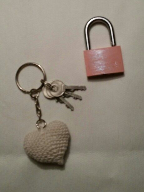 Mitt absolut minsta virkningsprojekt hittills! Nyckelringshjärtat är virkat med virknål 1,5 och tillhörande lås är tillpiffat med rosa Hobbylack och glitternagellack.