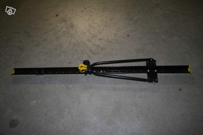 Porte-vélo pour barres de toit (plusieurs possibilités de montage pour les différentes barres) - Possibilité de location d'un ou de deux porte vélos. Une nouvelle exclusivité www.placedelaloc.com !