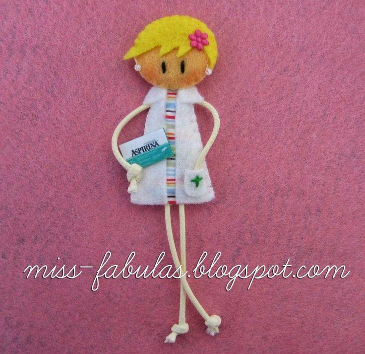 Pharmacist doll brooch - Broche muñeca farmacéutica