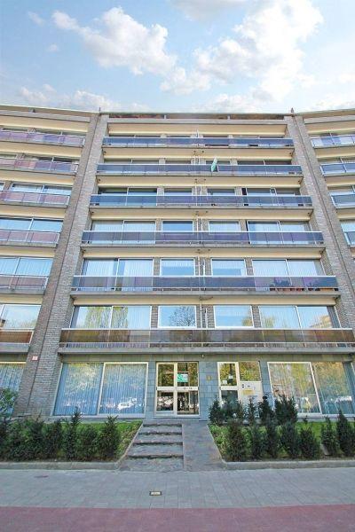 Appartement te koop in Deurne - 3 slaapkamers - 115m² - 179 000 € - Logic-immo.be - Appartement in goede staat met 3 slaapkamers geniet volgende indeling: Inkomhal met apart toilet en glazen deur naar de leefruimte, leefruimte met sierschouw en schuiframen naar het terras (4,5m²) voo...