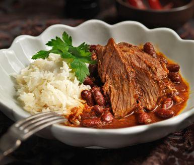 Ugnsbräserad märgpipa med bönor, chili och bacon är ett recept på klassisk husmanskost med en modern tvist. Gör en böngryta av den heta buljongen som köttet kokats mört i och ät den med det saftiga, skivade köttet, varmt ris och tortillabröd.