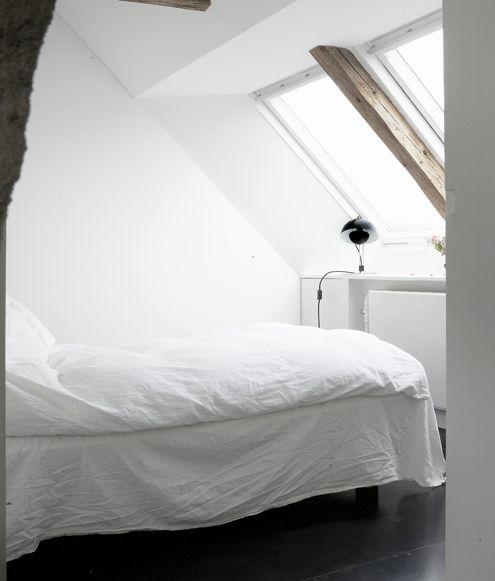 Alles wit,  heel mooi !  www.potzwonen.nlBeds, Art Studios, Small Bedrooms, Loft Bedrooms, Bedrooms Design, Interiors Design, White Bedrooms, House, Bedrooms Decor
