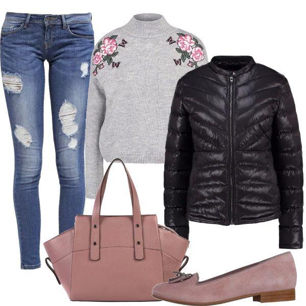 Outfit sprint e romantico grazie agli accessori di un rosa polveroso, jeans used maglione con collo lupetto e ricami sulle spalle, piumino nero, mocassini in suede e borsa capiente.