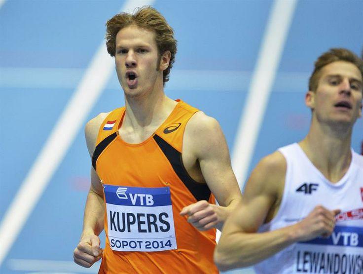 El atleta holandés Thijmen Kupers (i) compite en una de las series clasificatorias de los 800 metros en los Mundiales de atletismo.