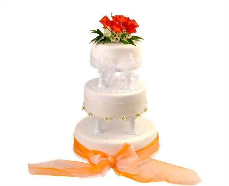 Svatební dort 23 Třípatrový svatební dort, o rozměrech 18 cm, 24 cm a 32 cm, obalen fondánem, dozdoben živými květy a saténovými stuhami