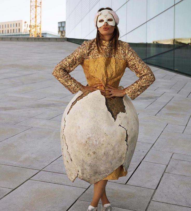 Jenny prøver ut fantastiske kostymer som ligger til salg på nettauksjonen nå. Regram @jennyskavlan  #jennyskavlan #blomqvist_auksjoner #blomqvistnettauksjon #kostymer #operaen
