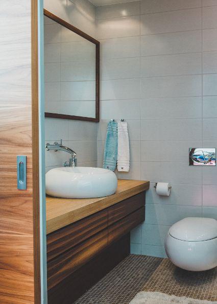 VILLEROY & BOCH KYLPYHUONE  Espoolaisessa omakotitalossa asuvan perheen nuorison omaan kylpyhuoneeseen valittiin Villeroy & Bochin mallistosta pähkinäviiluovet ja pähkinäpuutasot.  Seinään asennettu WC-istuin ja pesuallas ovat persoonallisia ja muodoltaan pyöreitä.   Seinään kiinnitettävä WC-istuin helpottaa tilan puhtaanapitoa.