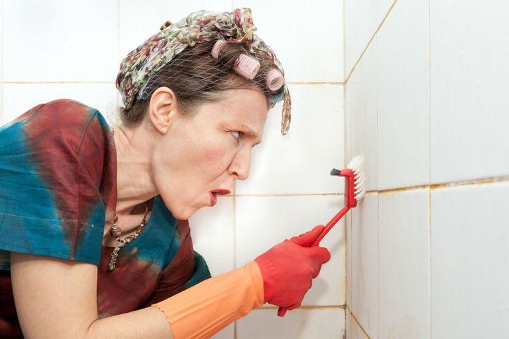 Avete presente quell'antiestetica muffa che compare tra le piastrelle del bagno? Ecco, c'è un modo economico e facilissimo per eliminarla (per sempre). Che scoperta!