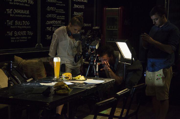 Equipo de Travel Channel tomando instantáneas de nuestras burgers. ¡El resultado del documental será fabuloso! www.theblackturtle.es