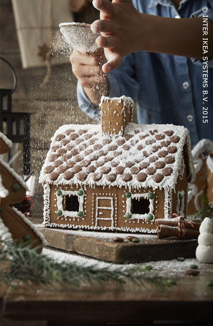 Besneeuwde daken. Maak deze kerst zelf een peperkoekenhuisje. PEPPARKAKA JULGRAN gemberkoekhuisje #IKEABE #aantafel