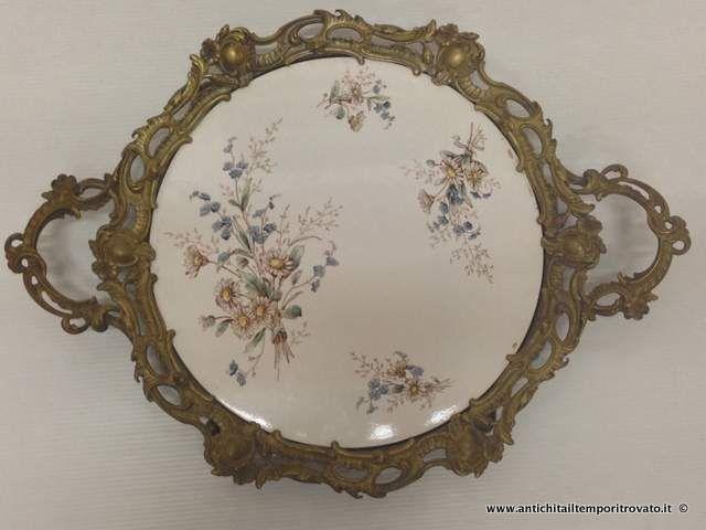 Oggettistica d`epoca - Porcellane e ceramiche Antico vassoio metallo dorato e ceramica - Vassoio liberty con decori floreali Immagine n°1