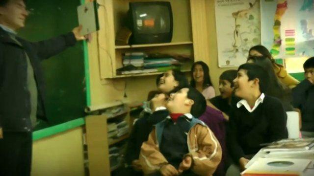 """El bibliomóvil de Contulmo forma del programa """"Arauco Lee"""", creado por Fundación Arauco  y Fundación La Fuente, el que es financiado por la empresa Arauco, gracias a la Ley de Donaciones Culturales.   Este programa está formado por siete bibliomóviles, los que recorren las comunas que componen la provincia de Arauco, beneficiando a más de 2.600 usuarios, niños y adultos. Roberto Grollmus, es el encargado del bibliomóvil de Contulmo.   fundacionlafuente.cl"""