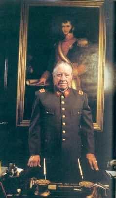 El General Pinochet Ugarte en su despacho Presidencial