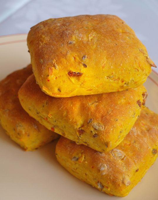 Saffran behöver inte inte bara användas i söta bröd. Det blir lika gott i ett matbröd tillsammans med ett gott pålägg. Och extra gult och saftigt blir det med rivna morötter och torkade aprikoser. …